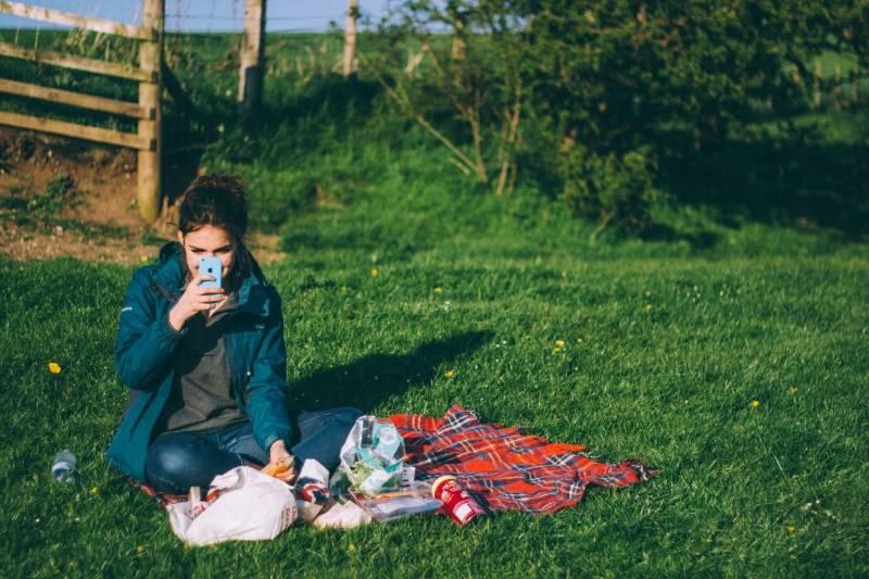 femme prenant des photos dans la nature