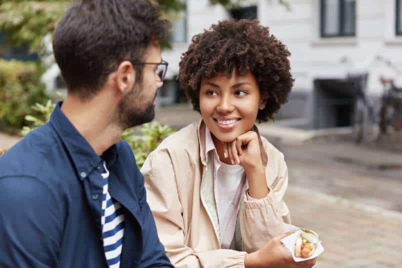 femme regardant l'homme pendant qu'il parle