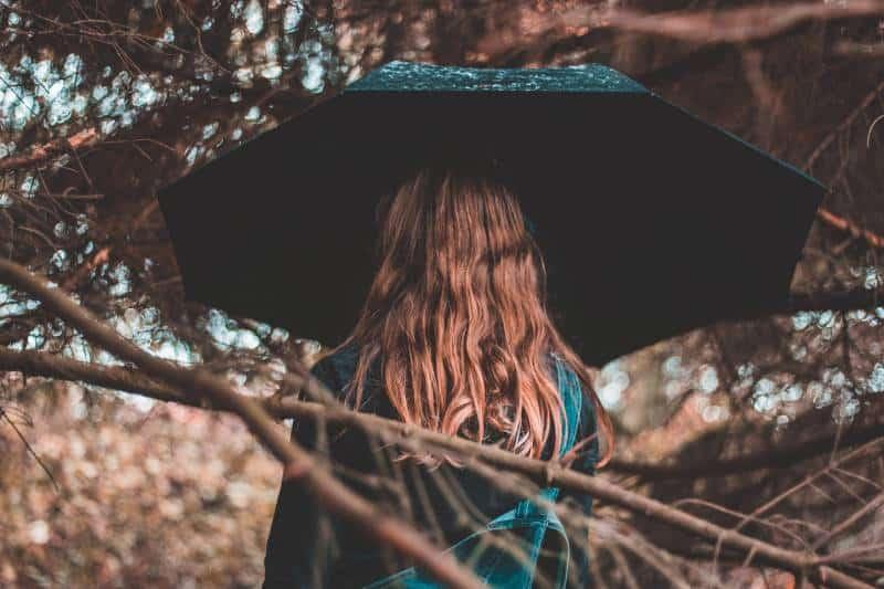 femme sans parapluie