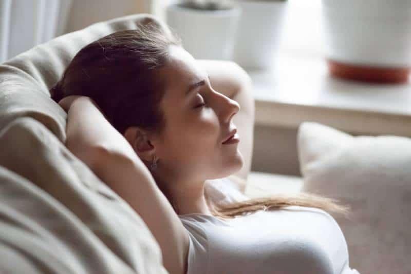 femme se détendant sur son canapé
