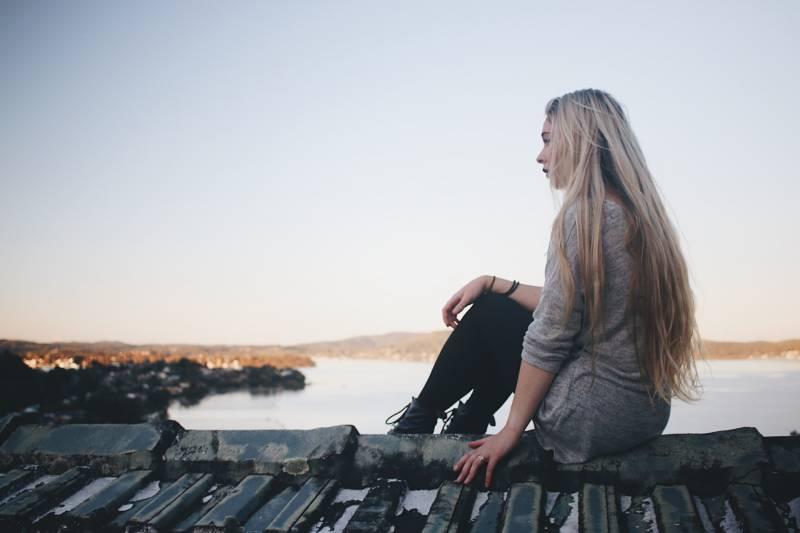 fille assise au bord du lac