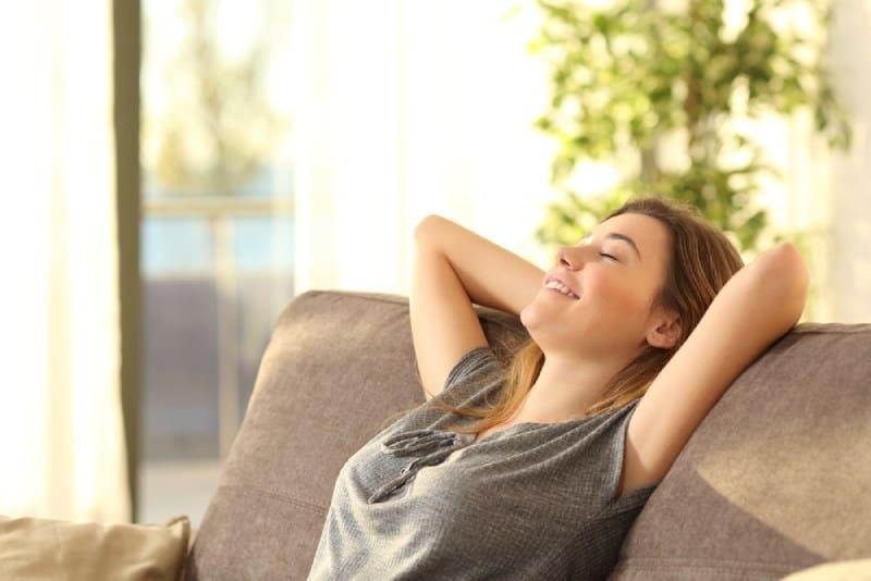 fille se détendant sur un canapé à la maison