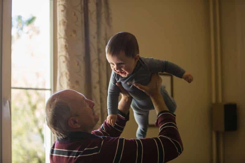grand-père tenant un bébé