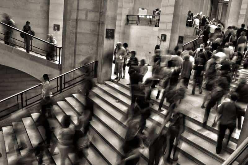 groupe de personnes marchant dans les escaliers