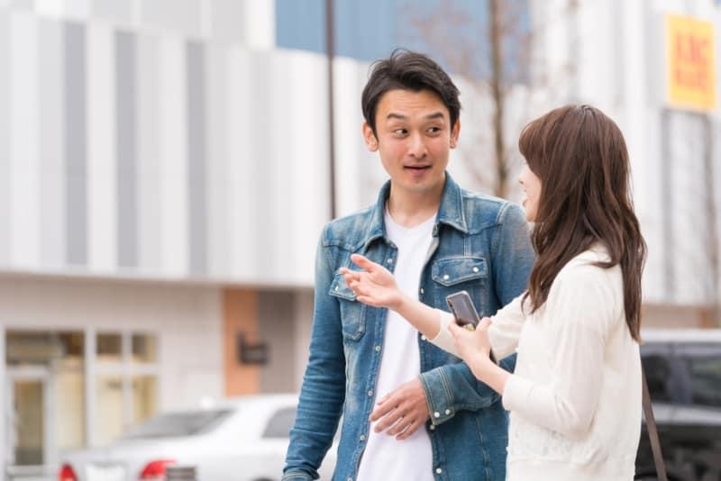 homme approchant une fille dans la rue