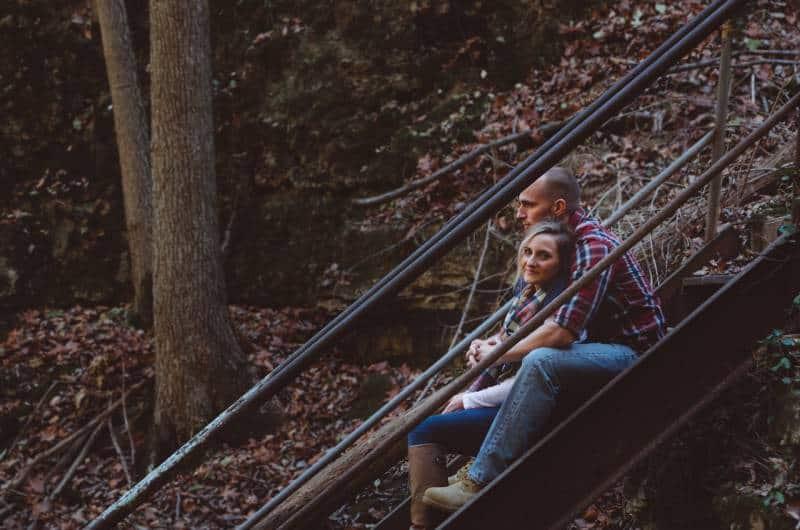 homme embrassant sa petite amie dans l'escalier en automne