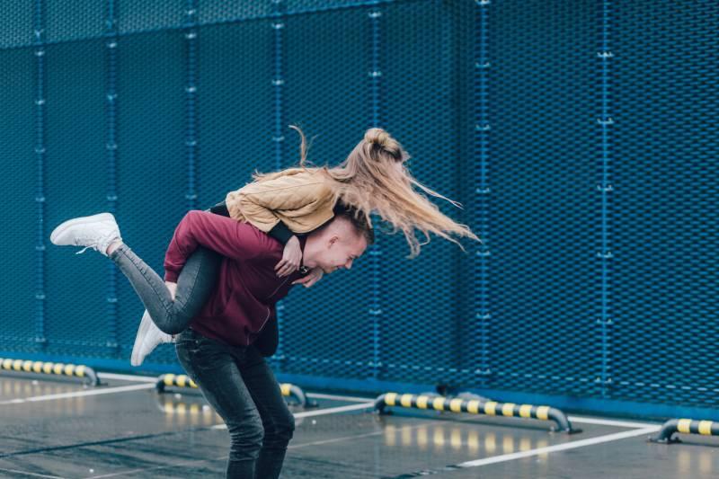 homme portant une femme sur le dos