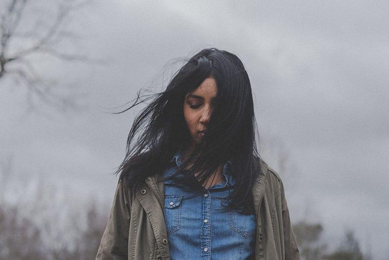 jeune femme, à, cheveux foncés, debout, dehors