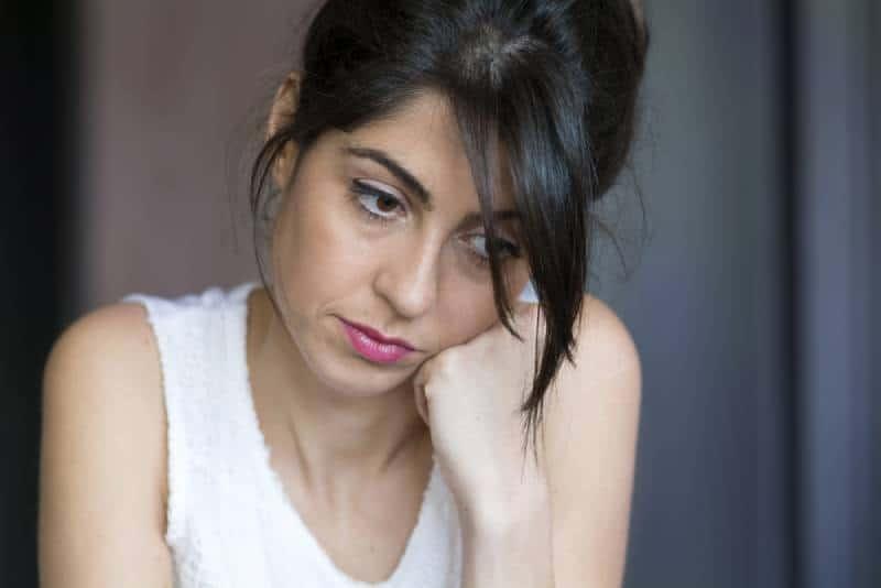 jeune femme dépressive à la maison