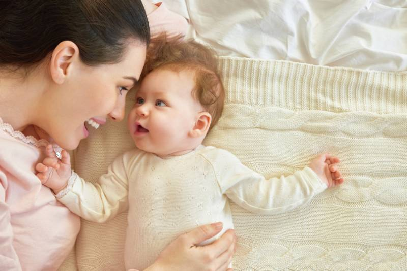 la mère joue avec le bébé