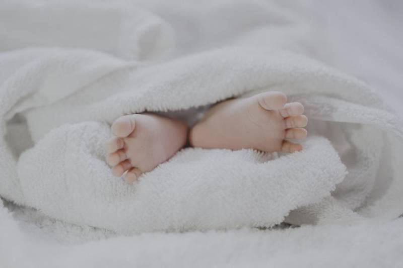 les pieds du nouveau-né
