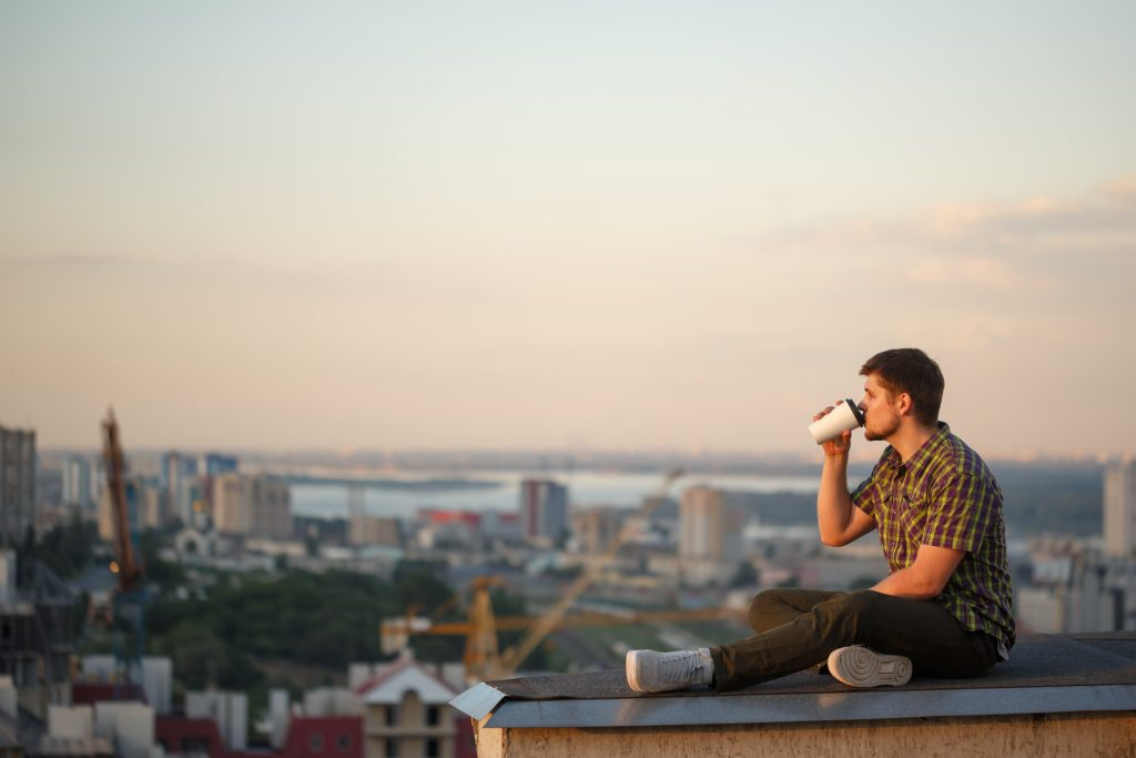 l'homme est assis sur le dos et boit du café