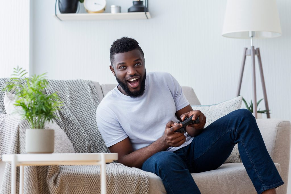 l'homme joue à des jeux
