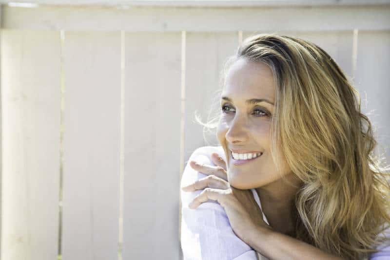 portrait d'une femme blonde et souriante