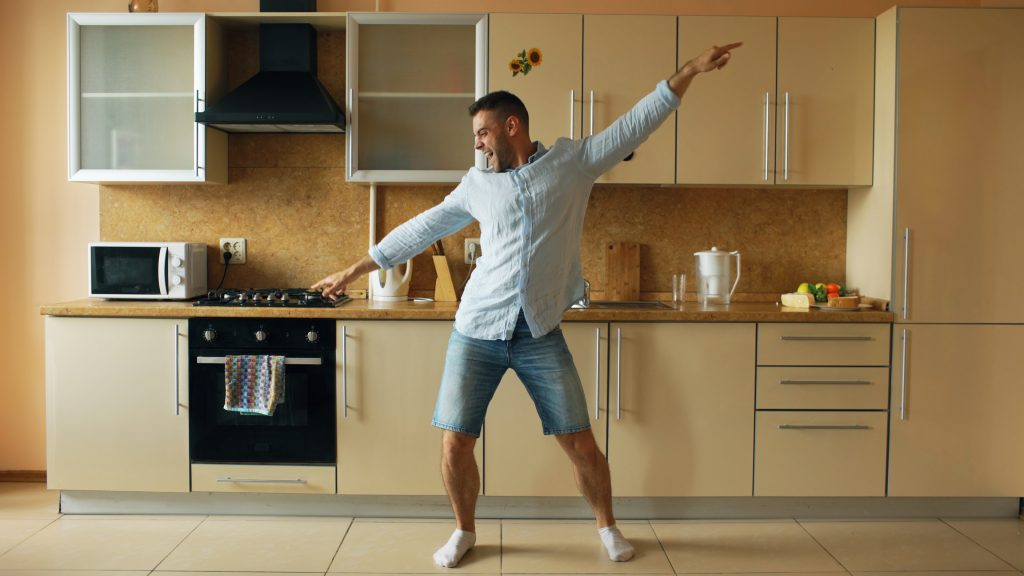 un homme danse