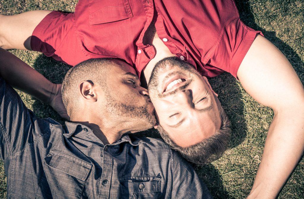 un homme embrasse un homme sur la joue