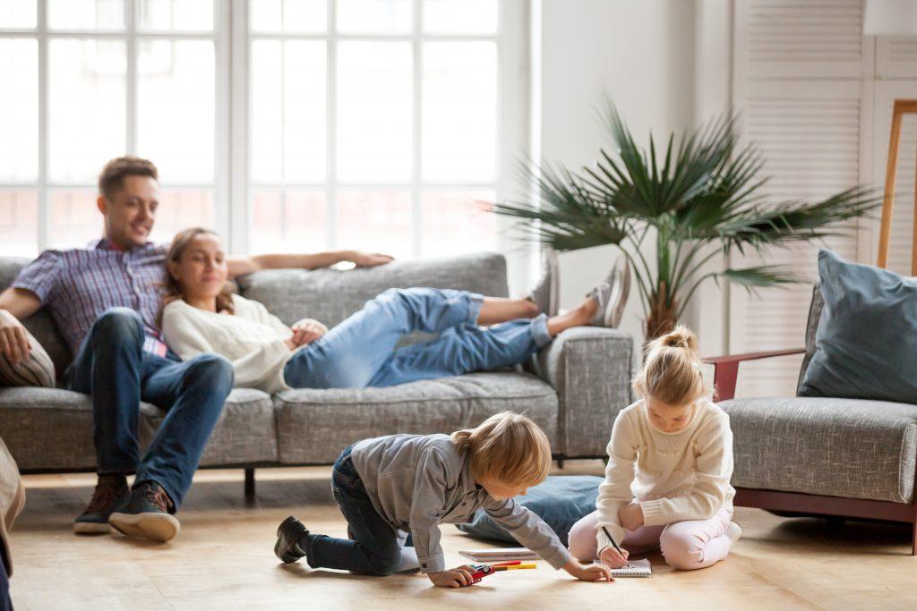 un homme et une femme assis des enfants jouent