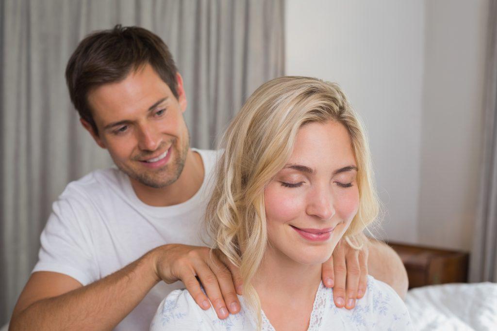 un homme massant une femme