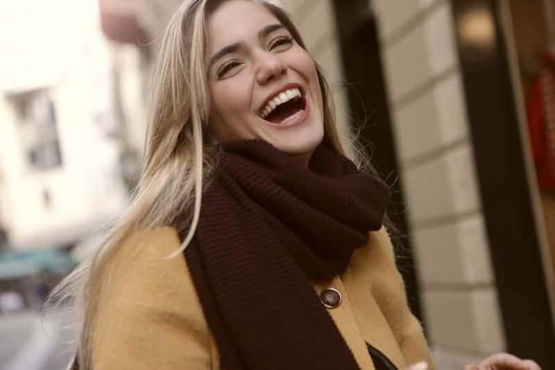 une femme joyeuse en manteau