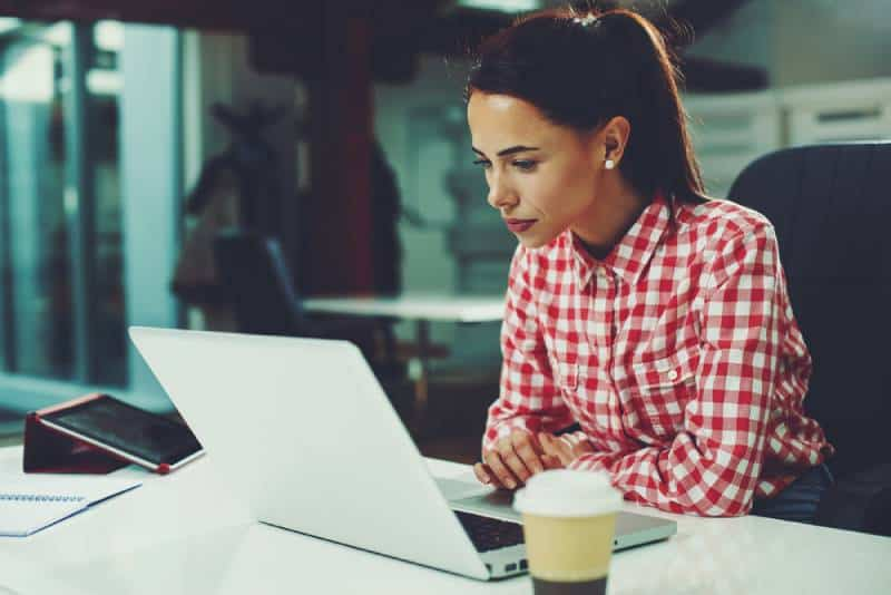 Jeune femme travaillant sur un ordinateur portable au bureau