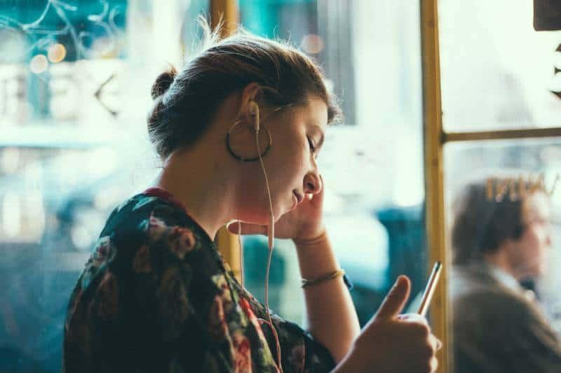 Une femme regarde son téléphone dans le train