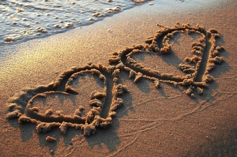 deux coeurs sur le sable de la plage