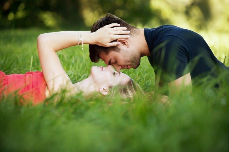 couple allongé sur le sol et s'embrasser