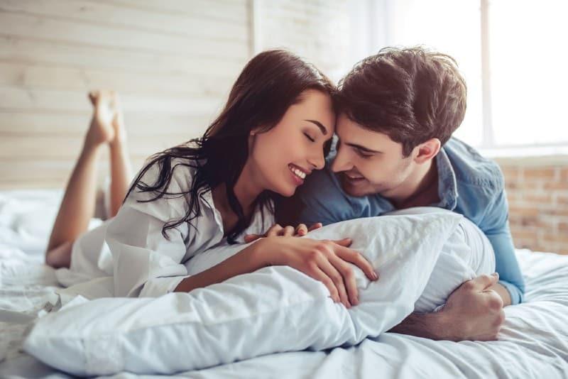 couple heureux couché dans son lit