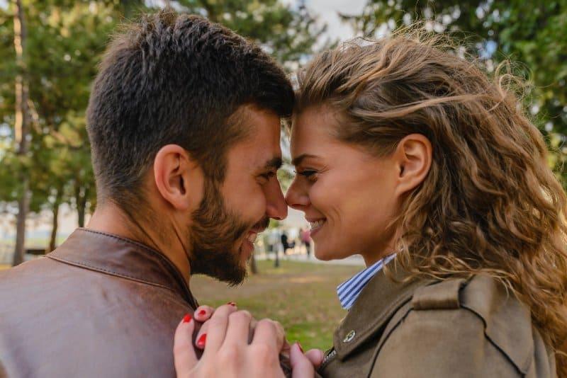 couple heureux près de l'autre