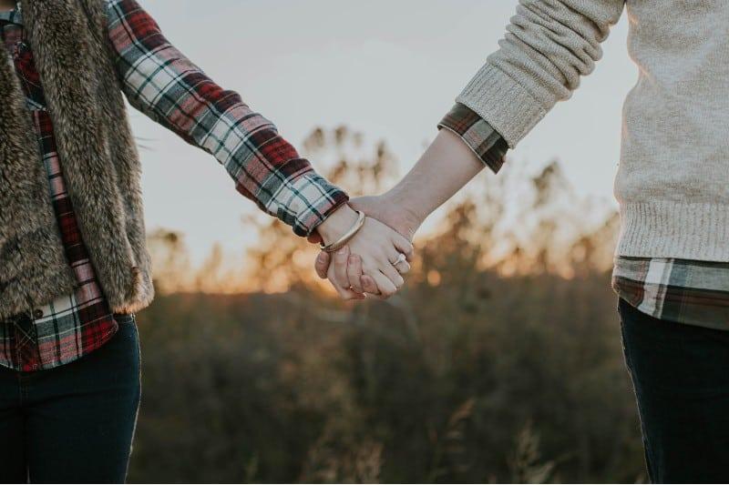 les mains tenant un homme et une femme