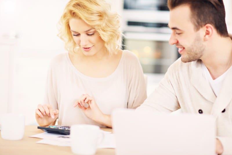 un couple heureux planifie le budget de la maison