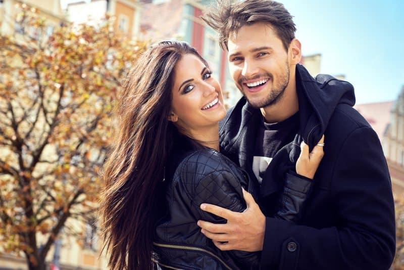 couple étreignant romantique heureux