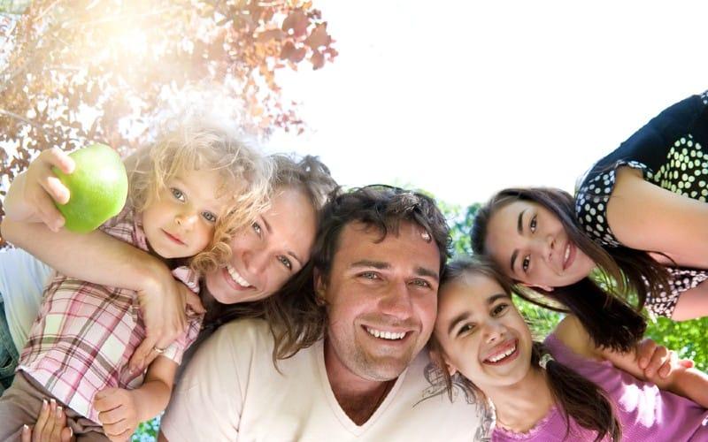 famille heureuse s'amuser dans le parc d'été
