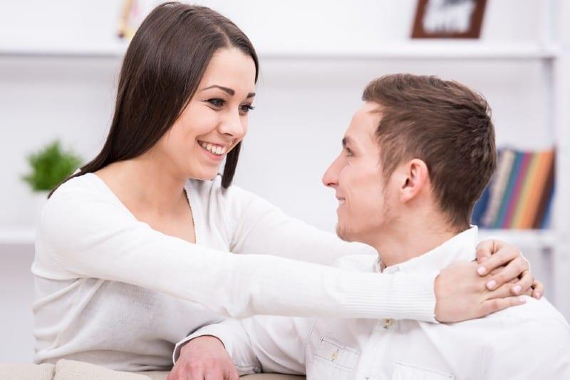 une femme heureuse étreignant un homme heureux
