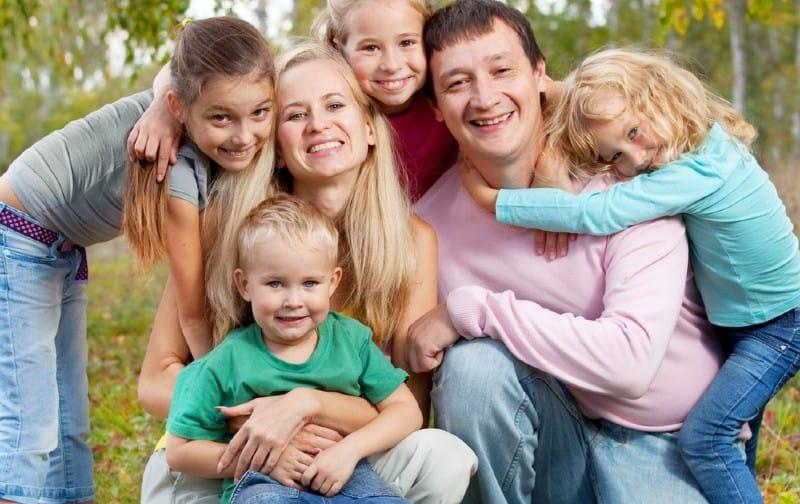 Heureuse grande famille avec enfants dans le parc automne