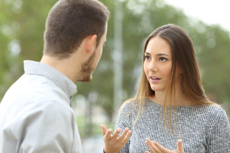 homme et femme parlent