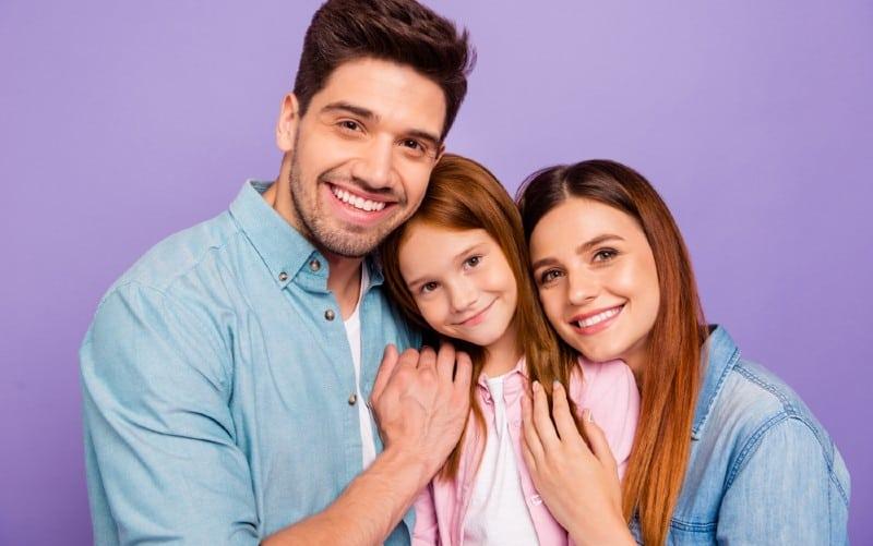 Heureux homme et femme tenant une petite fille