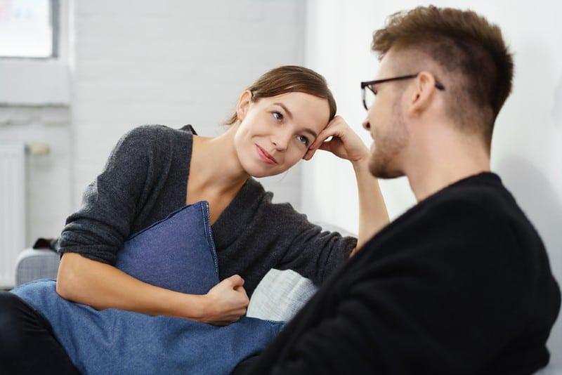 homme face à femme souriante