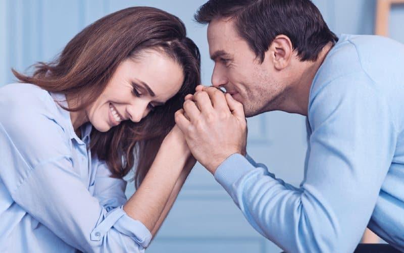 Reconnaissant homme tenant femme mains