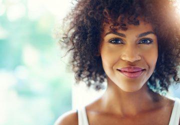 portrait de la belle femme africaine aux yeux bleus