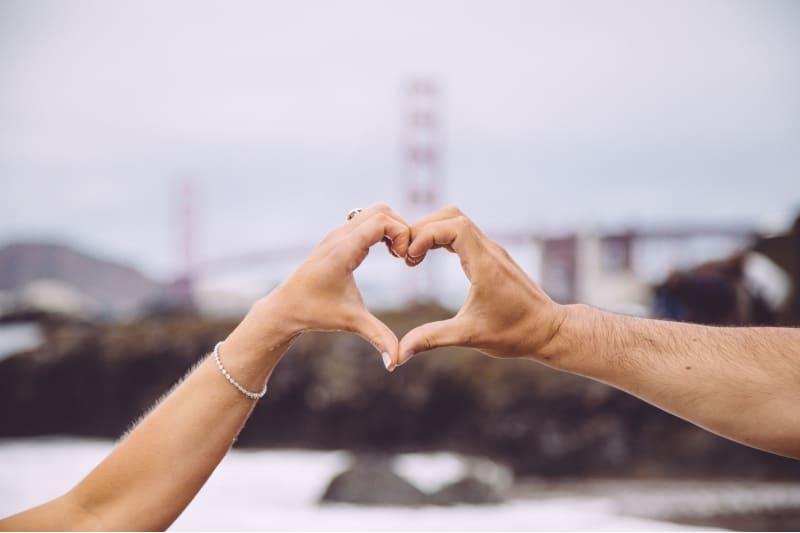 mains d'homme et femme en forme de coeur