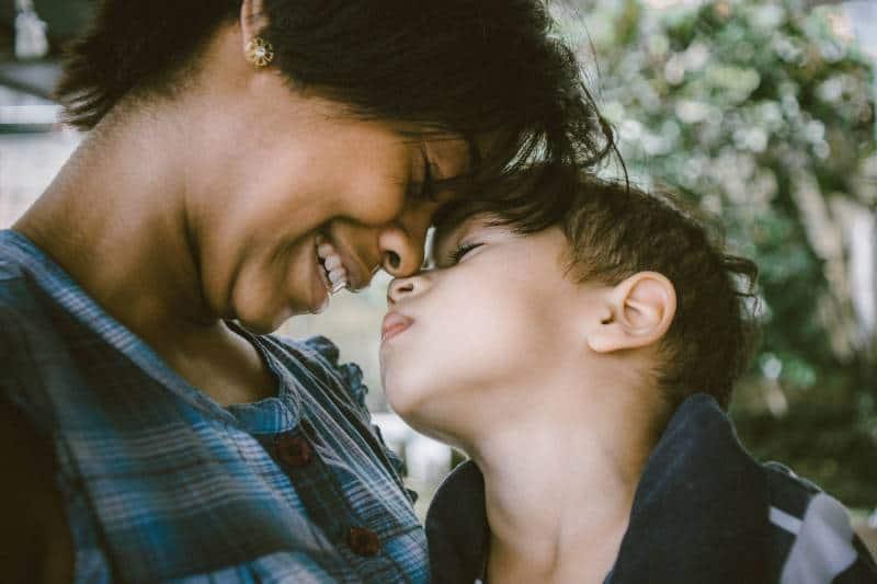 photographie à focalisation sélective d'une femme et d'un garçon