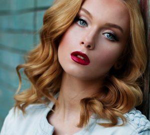 Portrait d'une belle femme aux cheveux blonds et aux yeux bleus