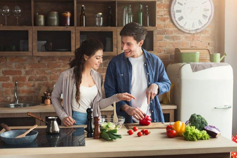 un jeune couple heureux cuisiner ensemble dans la cuisine