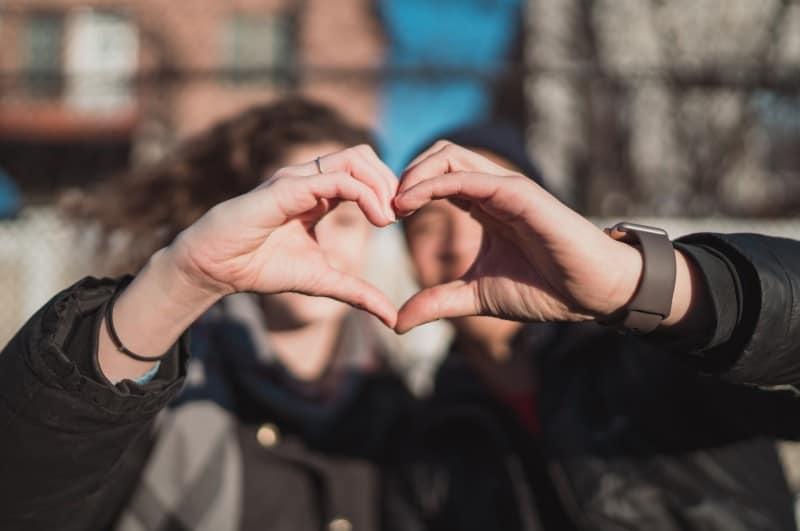 un couple en forme de coeur avec les mains