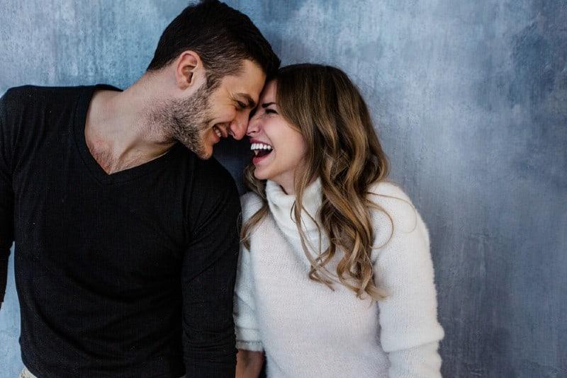 un couple heureux touchant leur front