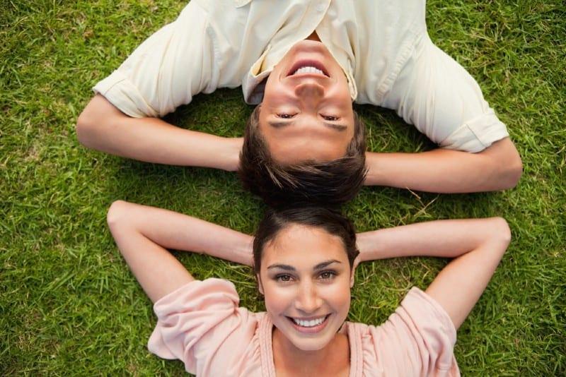 un homme et une femme allongés sur le sol