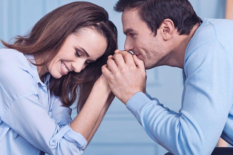 un homme reconnaissant tenant les mains d'une femme heureusee