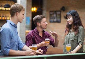 un homme et une femme en compagnie d'amis
