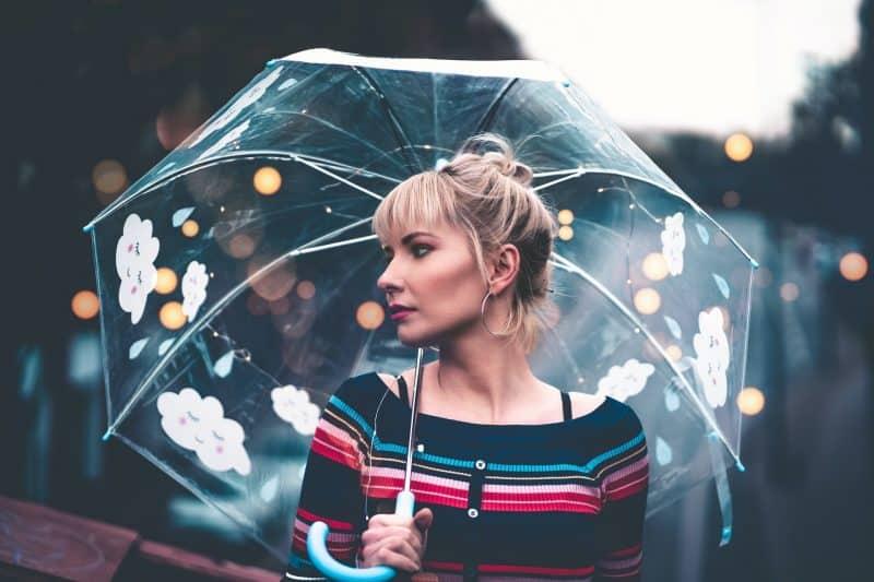 une femme bleue avec un parapluie